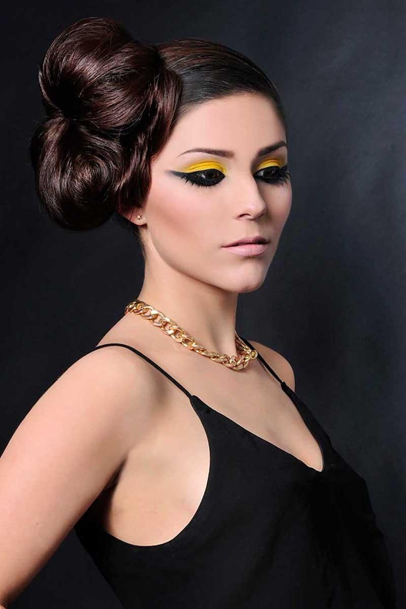 Maquillage jaune et noir. Coiffure studio chignon.