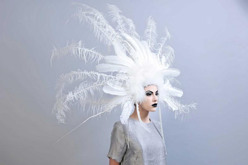 Maquillage et coiffure plumes.