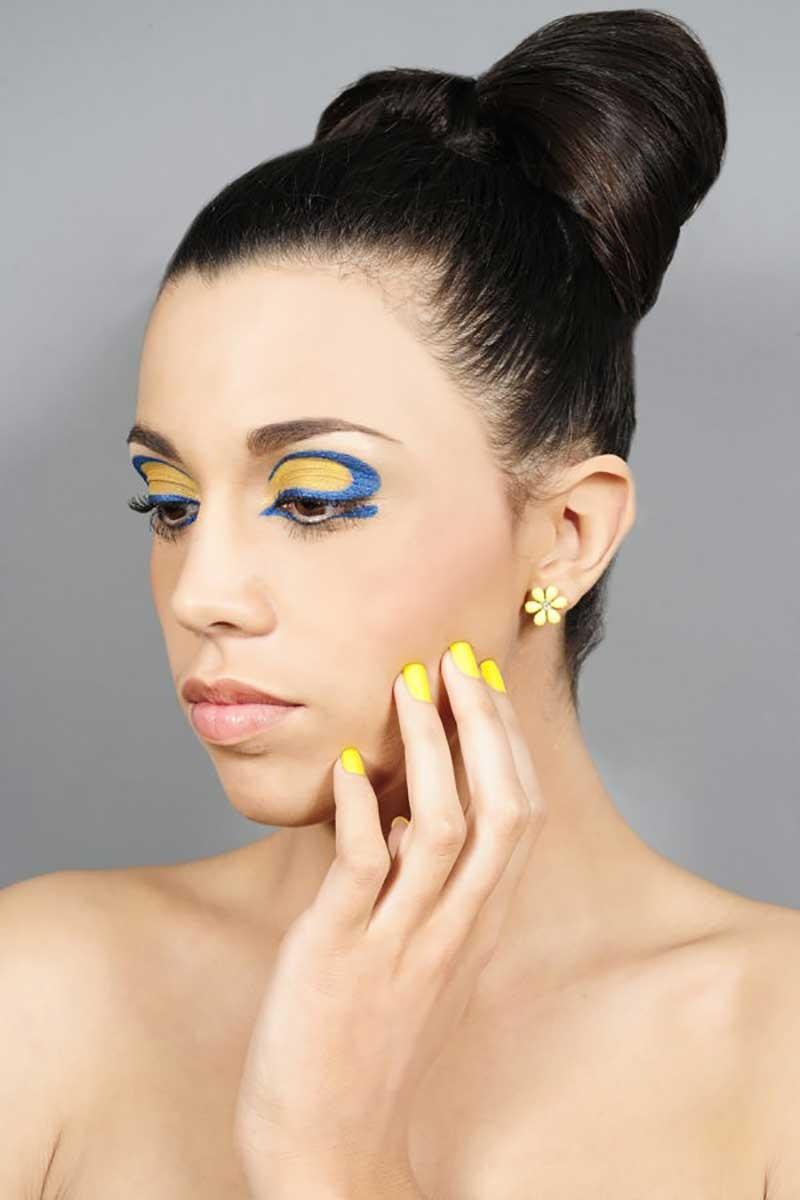 Maquillage bleu et jaune, teint parfait.