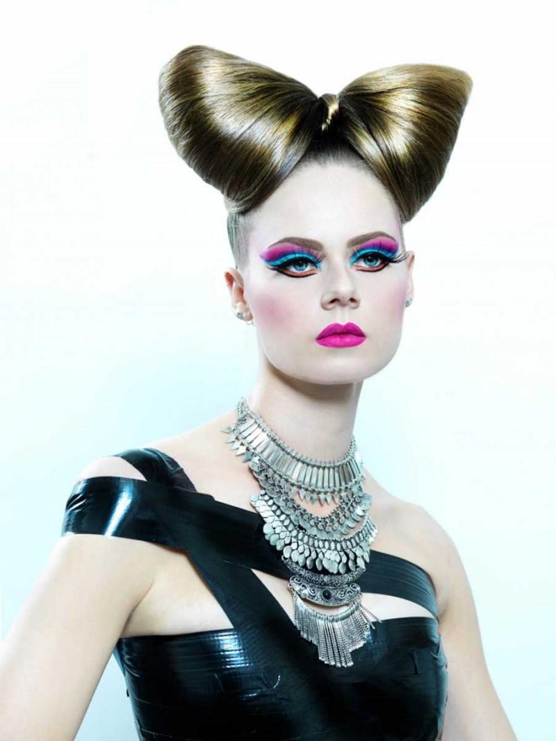 Make-Up rétro, application de faux cils, chignon artistique.