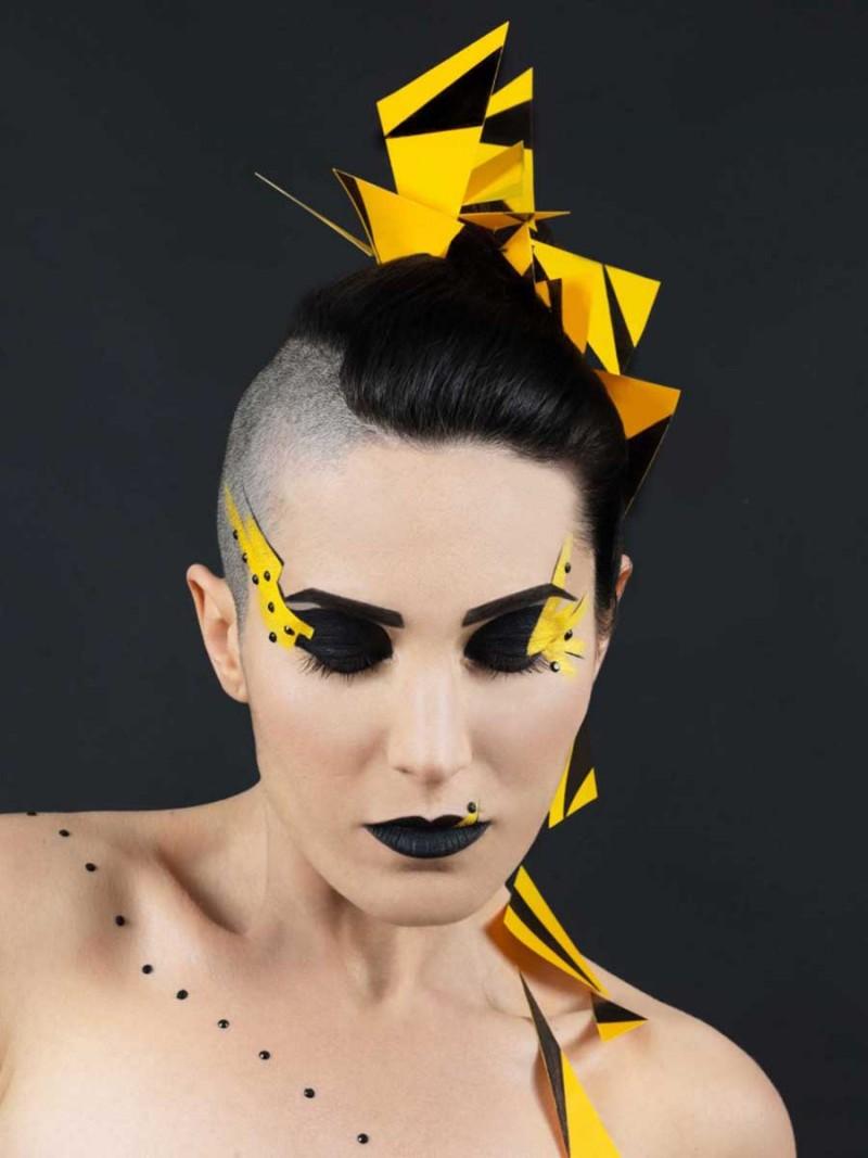 Maquillage graphique noir et jaune.