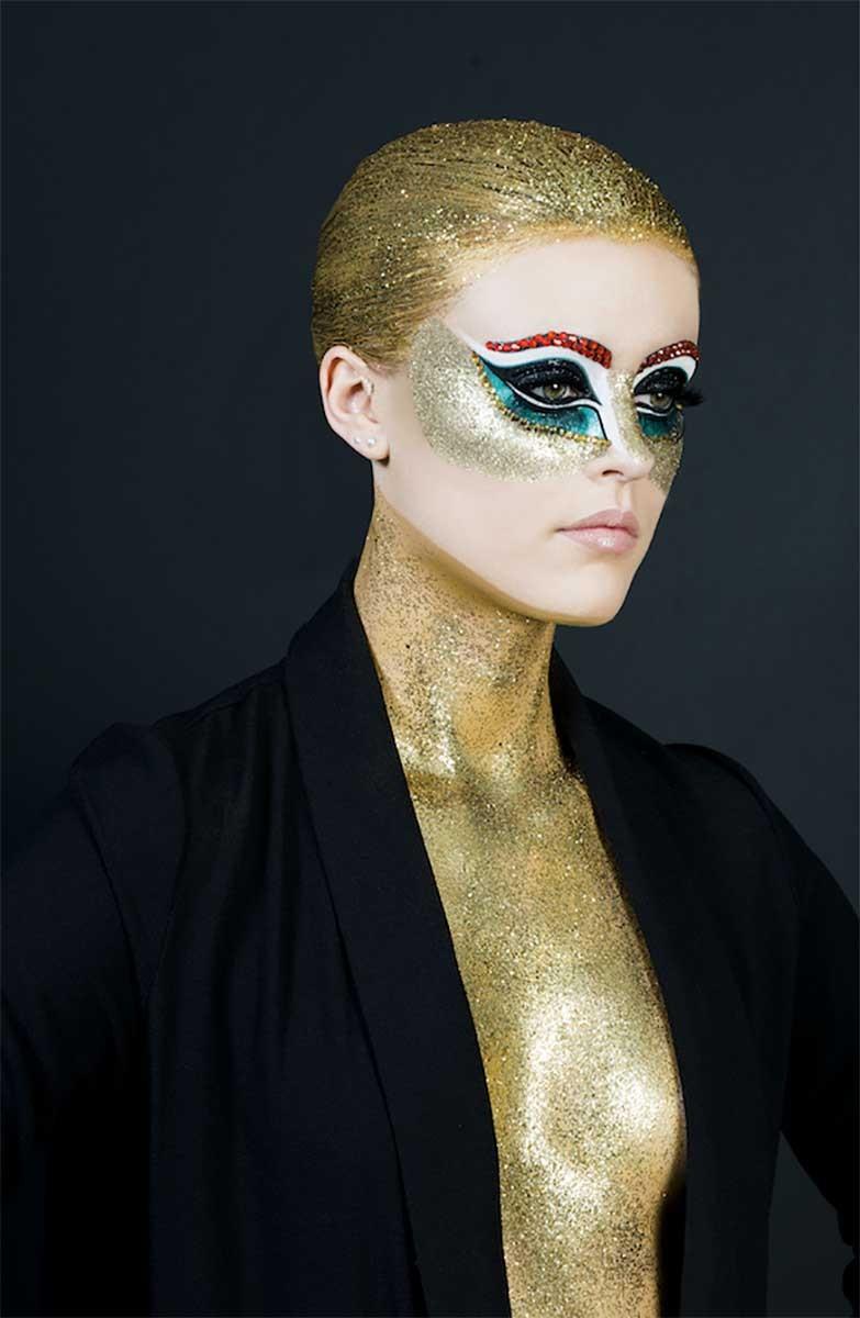 Maquillage paillettes, pose des paillettes à l'aide d'un gloss.