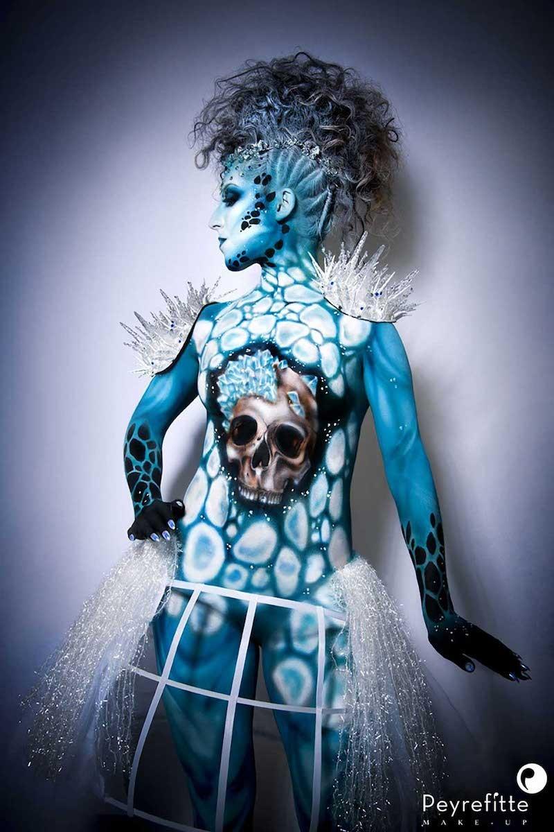 Réalisation d'un bodypainting bleu tête de mort.