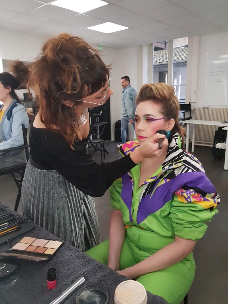 Backstage du shooting photo des étudiants Peyrefitte Make-Up. Studio photo : Peyrefitte Make-Up. Thème : Color Block années 80 revisité.