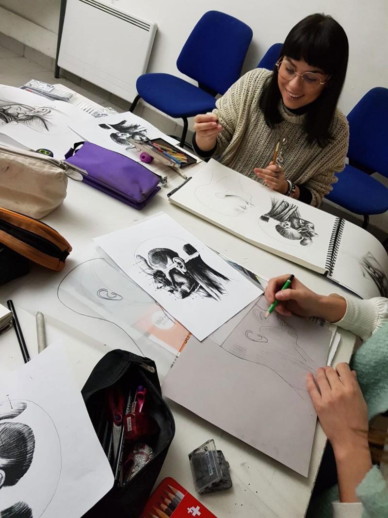 Cours de dessin dans le cadre de la formation Effets spéciaux Peyrefitte Make-Up.
